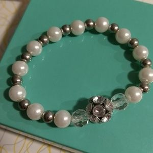 Jewelry - Cute stretch pearl and bead bracelet